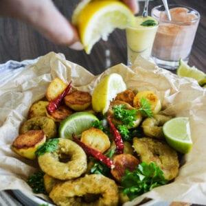 Bläckfiskringar, patatas bravas och två olika dippsåser