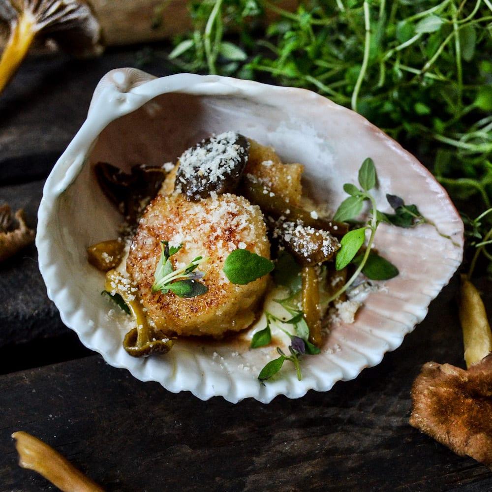 Parmesanpanerade kammusslor med tryffelmajonnäs och trattkantareller