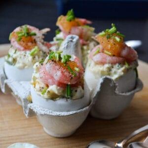 Krämig äggröra toppad med löjrom och räkor